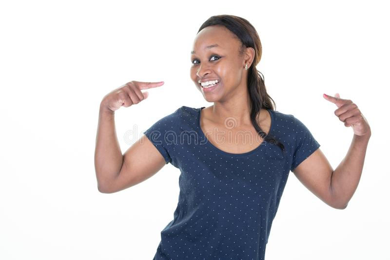 Афро-американская милая молодая женщина над изолированной предпосылкой выглядя уверенный с улыбкой на стороне указывая oneself с  стоковое изображение rf