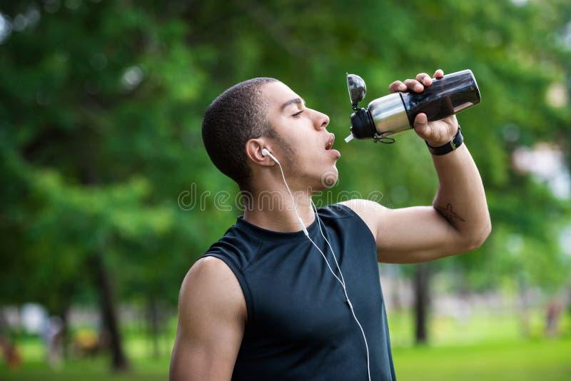 Афро-американская питьевая вода спортсмена стоковые изображения