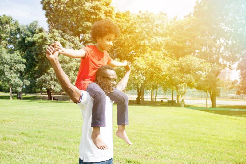 Афро-американская семья делая автожелезнодорожные перевозки и имея потеху в ou стоковое фото