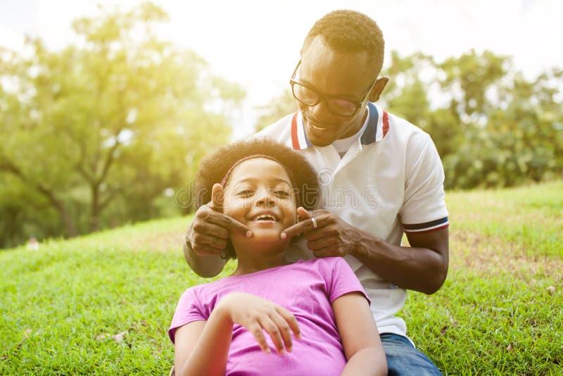 Афро-американская семья играя совместно в внешнем парке стоковое фото