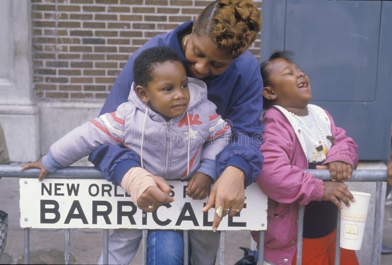 Афро-американская семья на параде Mardis Gras, Новый Орлеан, ЛА стоковая фотография