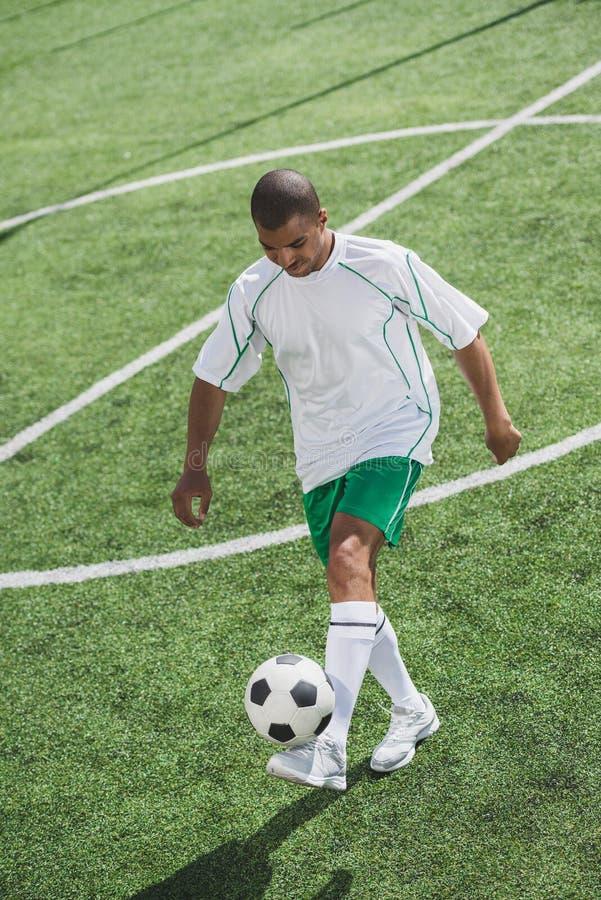 Афро-американская тренировка футболиста с шариком стоковое изображение
