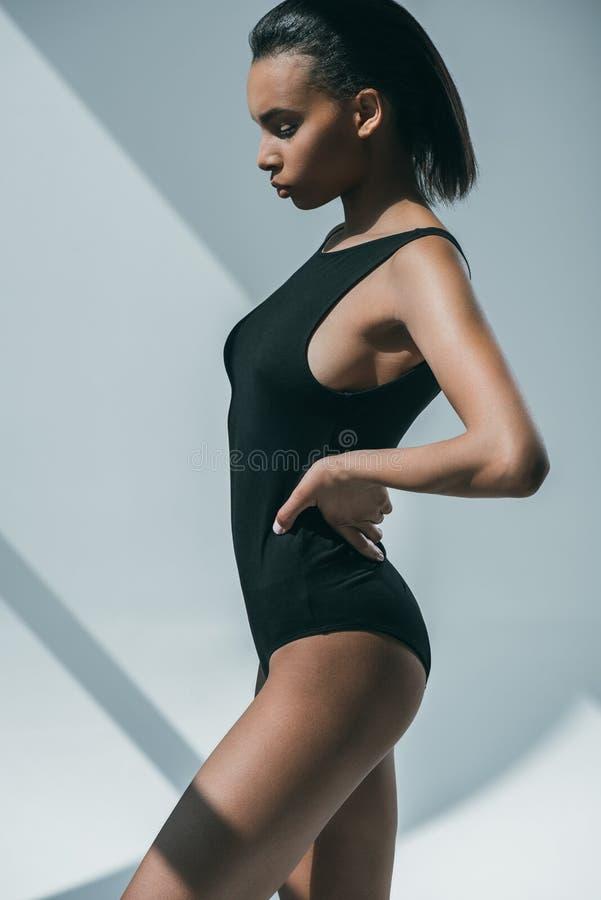 Афро-американская ультрамодная женщина с тонкий представлять тела стоковое изображение rf