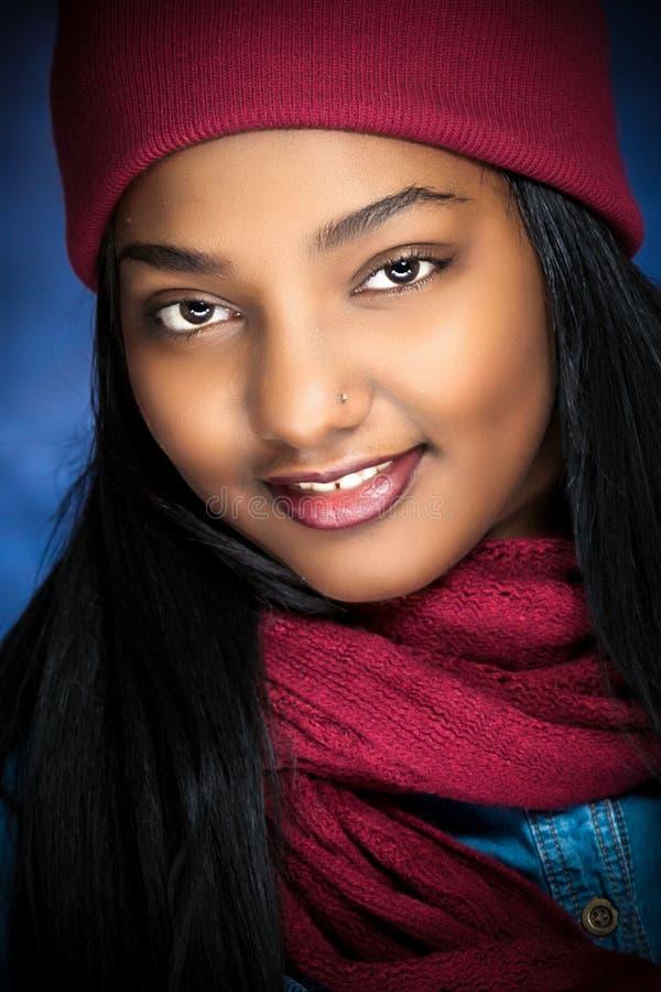 Афро-американские женские модельные шляпа и шарф зимы стоковое изображение