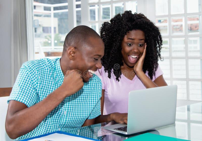 Афро-американские покупки пар представляют и подарки онлайн с стоковая фотография rf