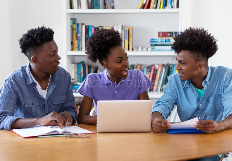 Афро-американские студенты уча с компьютером стоковое фото rf