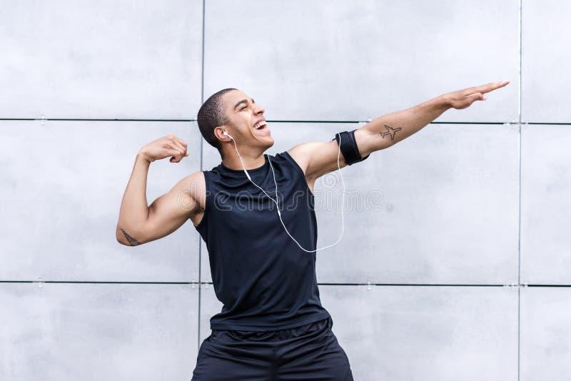 Афро-американский бегун протягивая на улице стоковые изображения