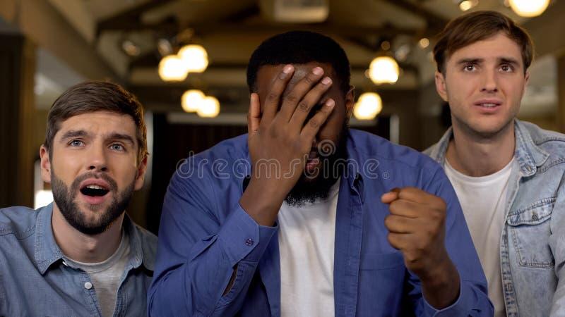 Афро-американский жест ладони стороны показа человека, осадка друга с потерей игры стоковое фото rf