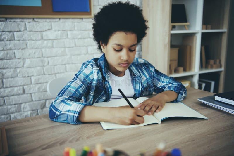 Афро-американский маленький preschooler делая домашнюю работу стоковое фото rf