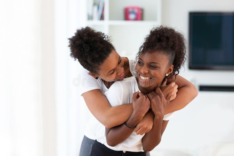 Афро-американский обнимать портрета лучших другов - чернокожие люди стоковые изображения rf