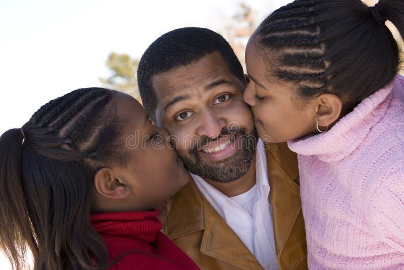 Афро-американский отец и его молодые дочери стоковые фото