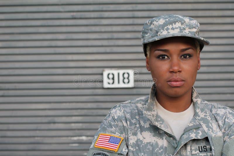 Афро-американский солдат женщины с космосом экземпляра стоковые фотографии rf