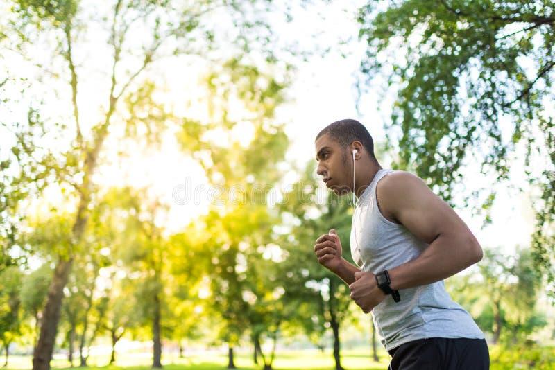 Афро-американский спортсмен бежать в парке стоковые изображения rf