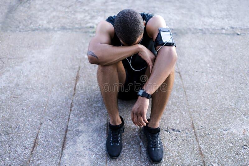 Афро-американский спортсмен в наушниках стоковое изображение