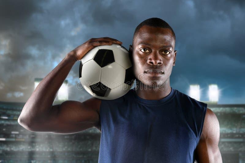 Афро-американский футболист держа шарик стоковые изображения rf