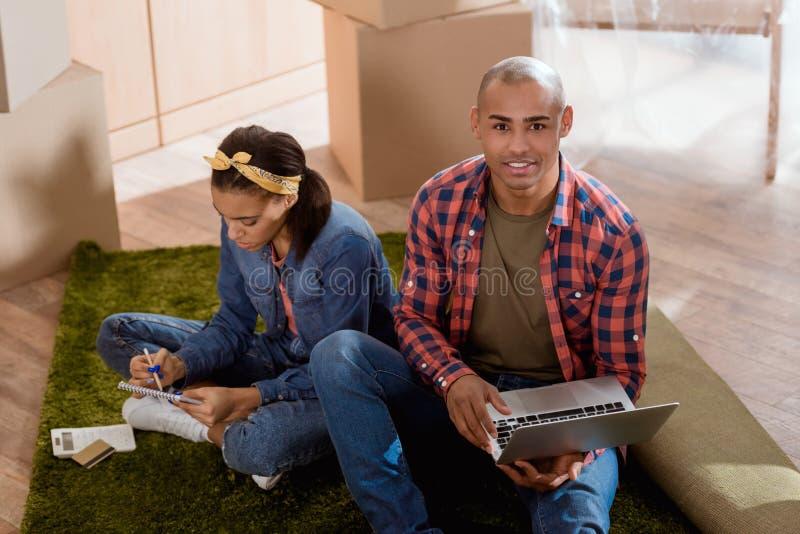 Афро-американский ходить по магазинам пар онлайн с кредитной карточкой и компьтер-книжкой стоковые изображения rf