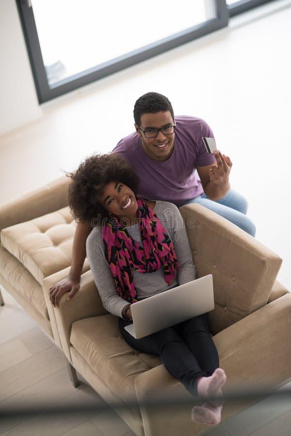 Афро-американский ходить по магазинам пар онлайн стоковые изображения