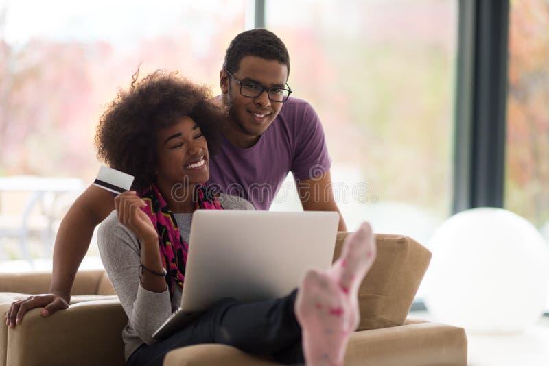 Афро-американский ходить по магазинам пар онлайн стоковые фото