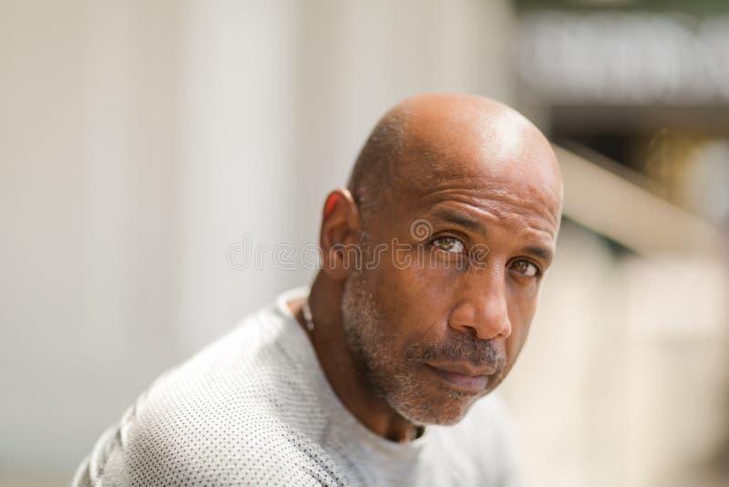 Афро-американский человек с concerned взглядом стоковое изображение rf