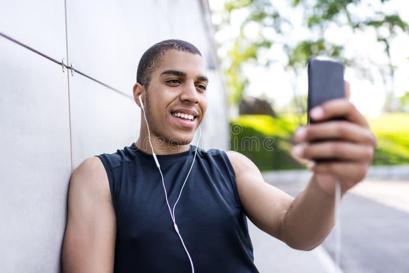 Афро-американский человек с smartphone стоковые изображения rf
