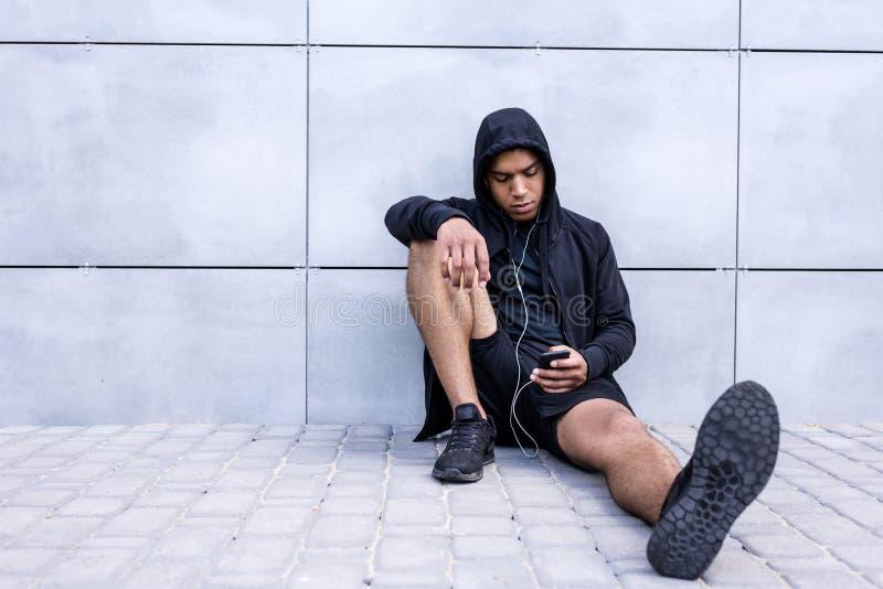 Афро-американский человек с smartphone стоковые фото