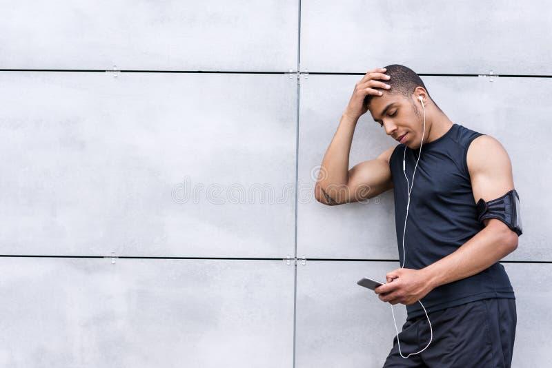 Афро-американский человек с smartphone стоковое фото