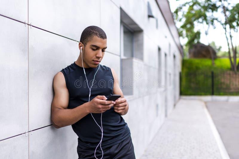 Афро-американский человек с smartphone стоковое изображение rf