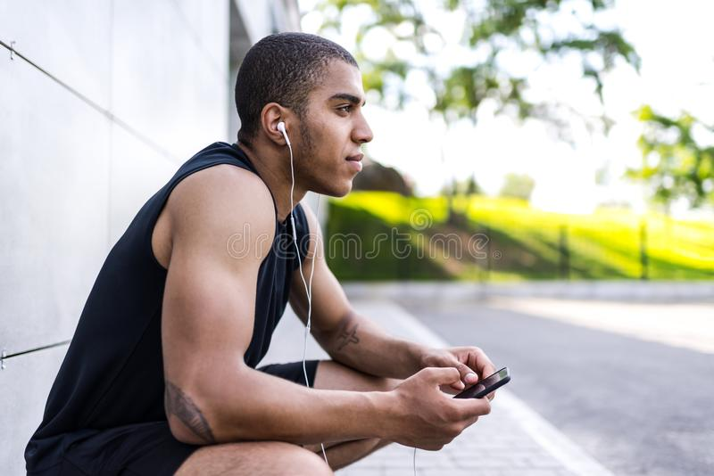 Афро-американский человек с smartphone стоковые изображения