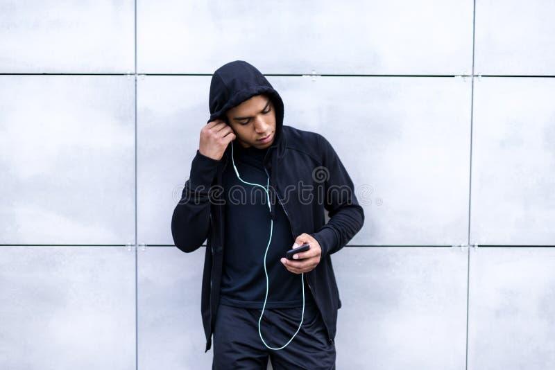 Афро-американский человек с smartphone стоковая фотография rf