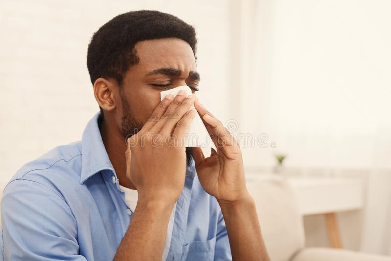 Афро-американский человек человека имеет жидкий нос дома стоковая фотография