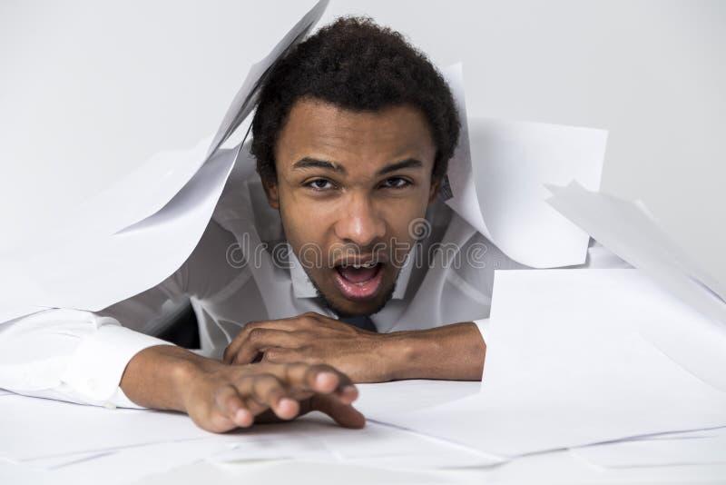 Афро-американский человек сложенный вверх бумагами стоковые изображения rf