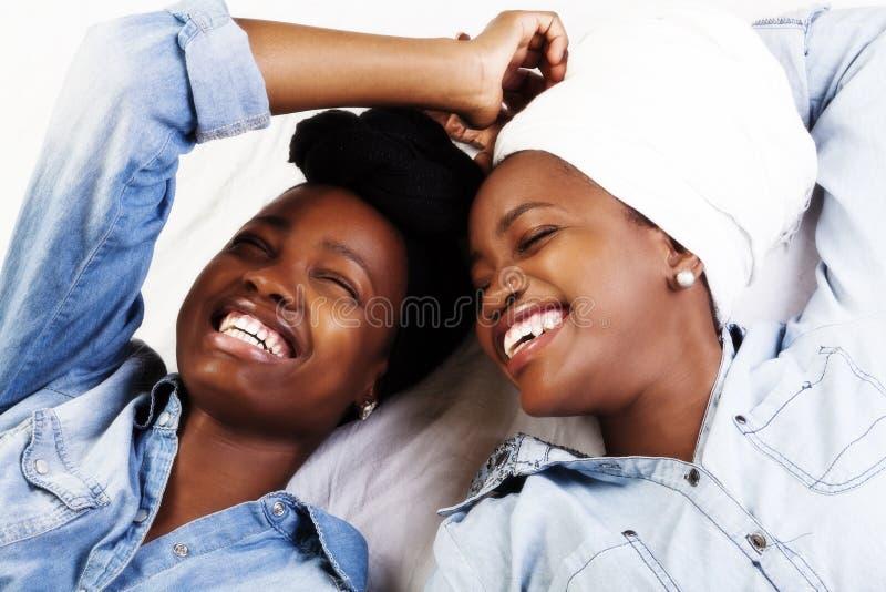 2 Афро-американских женщины смеясь над возлежать портретов стоковые фотографии rf