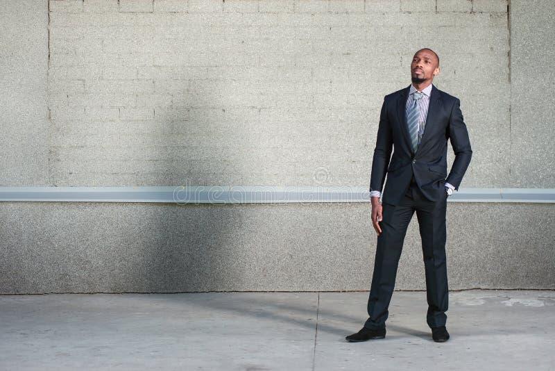Афро-американское положение бизнесмена стоковая фотография