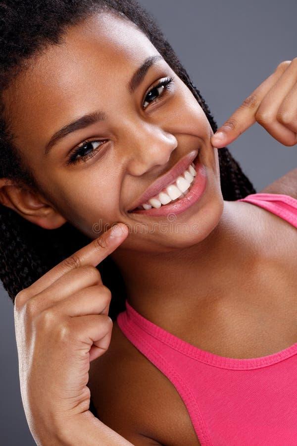 Афро-американское шоу девушки ее белые зубы стоковое изображение