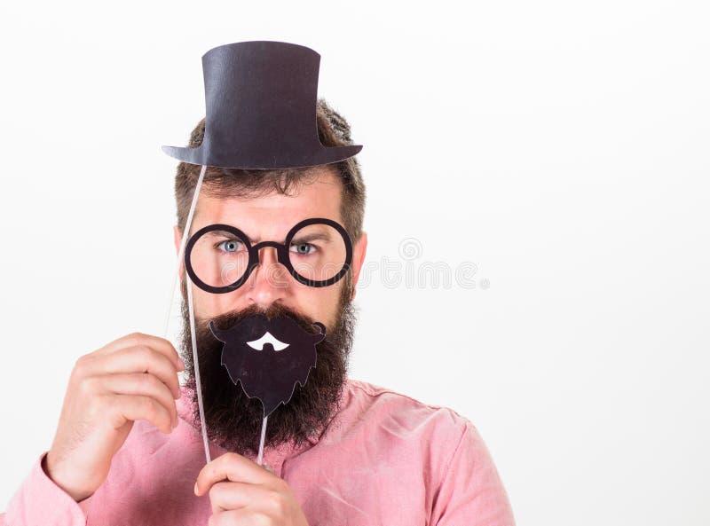 Аффекты платья как люди видят вас Картона владением битника человека шляпа и eyeglasses бородатого верхняя для того чтобы посмотр стоковое фото rf