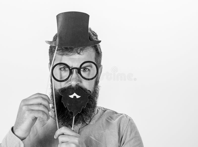 Аффекты платья как люди видят вас Картона владением битника человека шляпа и eyeglasses бородатого верхняя для того чтобы посмотр стоковая фотография rf