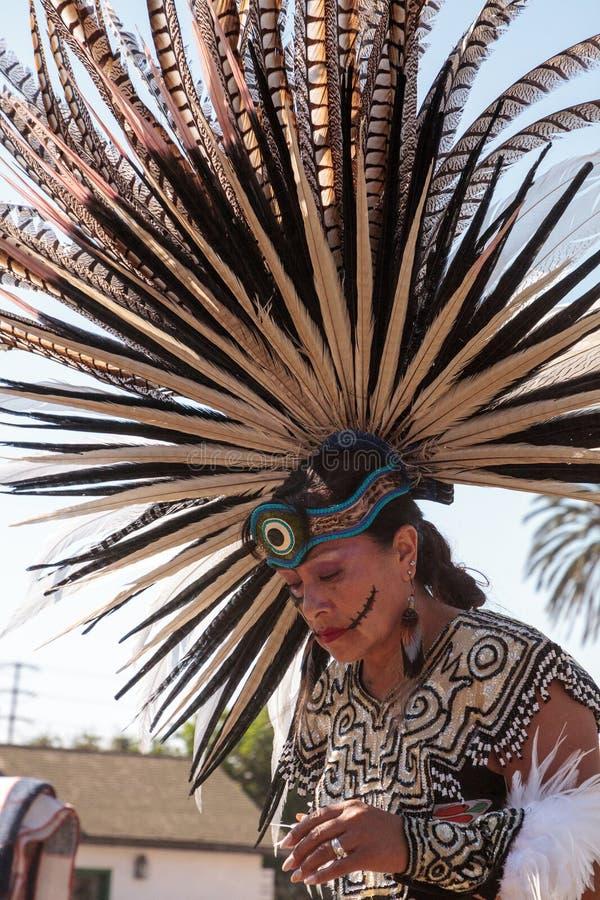 Ацтекские танцоры празднуют Dia de los Muertos стоковые фото