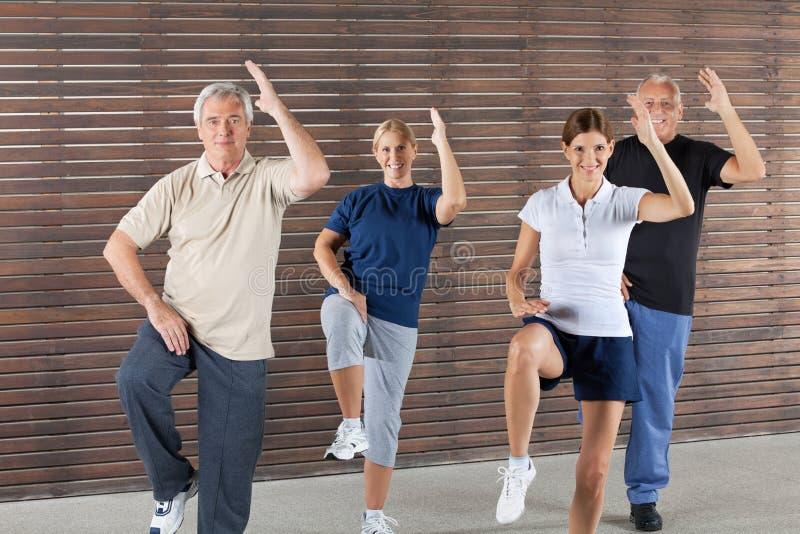 аэробные делая старшии гимнастики счастливые стоковая фотография rf