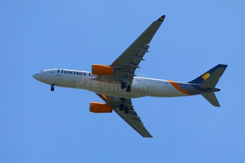 Аэробус A330 авиакомпаний кашевара Томаса спускает для приземляться на международном аэропорте JFK стоковые фотографии rf