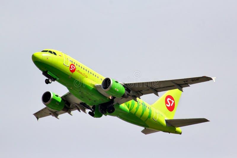 Аэробус A319 авиакомпаний S7 стоковая фотография