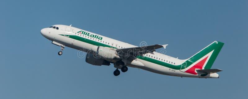 Аэробус 320 Алиталиа принимая  стоковые изображения rf