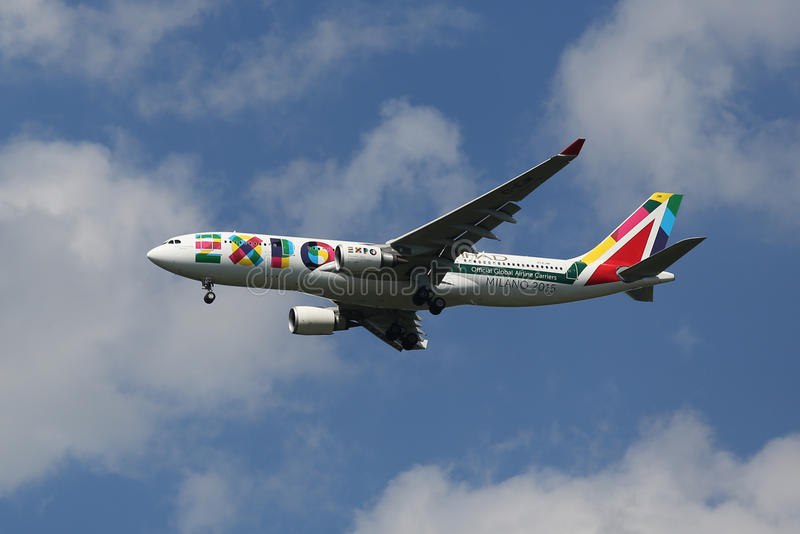Аэробус A330 Алиталиа при ливрея 2015 экспо Милана спуская для приземляться на международном аэропорте JFK в NY стоковое фото rf