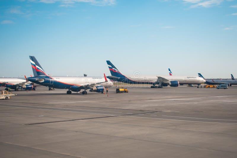 Аэробус a-320 и авиакомпании русского Боинга 777-300 Аэрофлота Россия, авиапорт Sheremetyevo 20-ое апреля 2018 стоковые фотографии rf