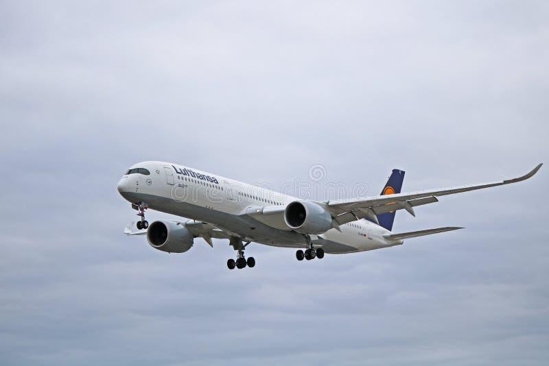 Аэробус A350-900 Люфтганза в более старой ливрее на конечном заходе стоковые фотографии rf