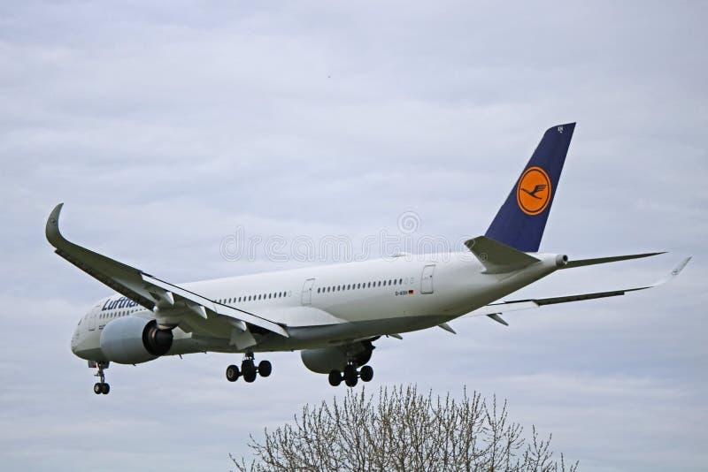 Аэробус A350-900 Люфтганза в более старой ливрее стоковые изображения rf