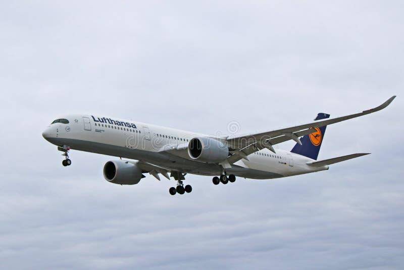 Аэробус A350-900 Люфтганза в более старой ливрее около, который нужно приземлиться стоковые изображения rf