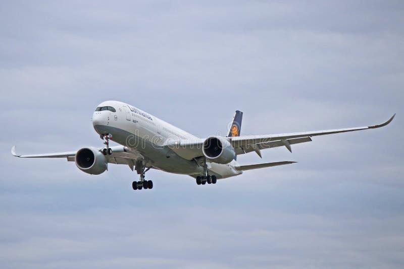 Аэробус A350-900 Люфтганза в более старой ливрее в полете стоковая фотография rf