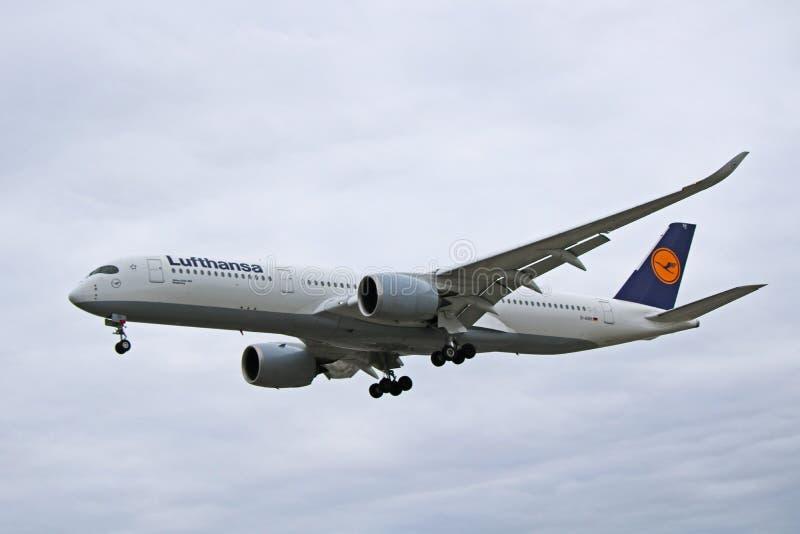 Аэробус A350-900 Люфтганза в более старом взгляде со стороны ливреи стоковое фото