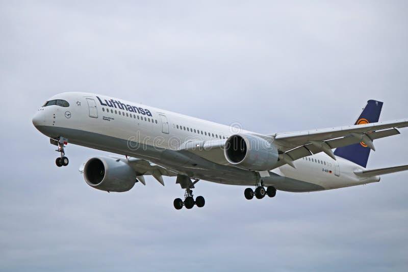 Аэробус A350-900 Люфтганза в более старом конце-Вверх начала ливреи стоковая фотография