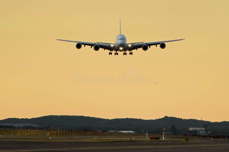 Аэробус a380 около к приземлению - вид спереди стоковое изображение rf